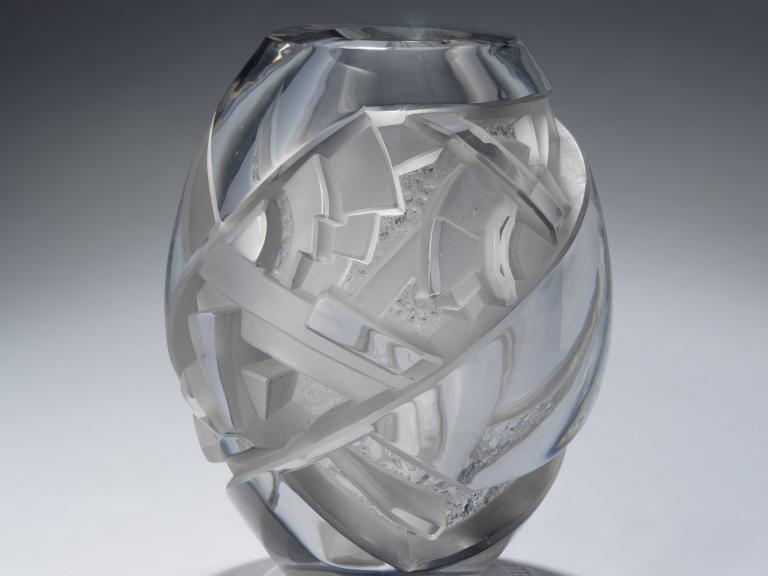 Vase fuselé à décor rayonnant